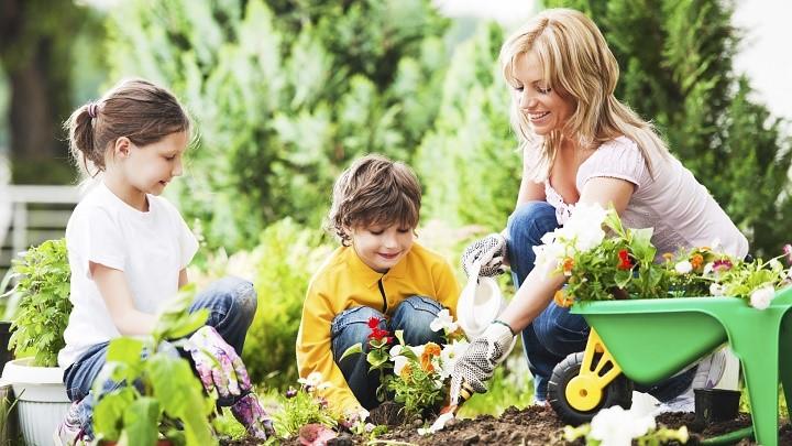 madre e hijos cultivando