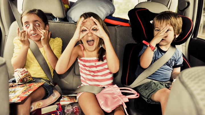 peques viajando en coche