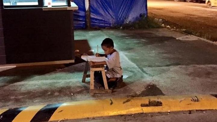 nino estudiando en la calle