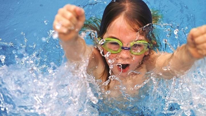 ninos piscina
