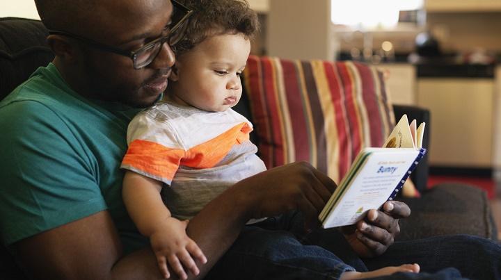 leyendo a un bebe
