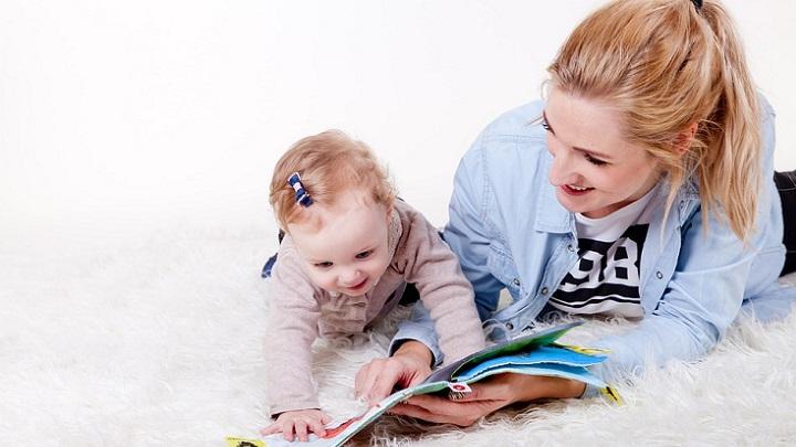 madre-leyendo-un-cuento-a-su-hija