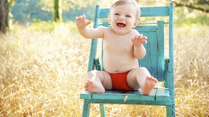 bebe-sentado-en-una-silla
