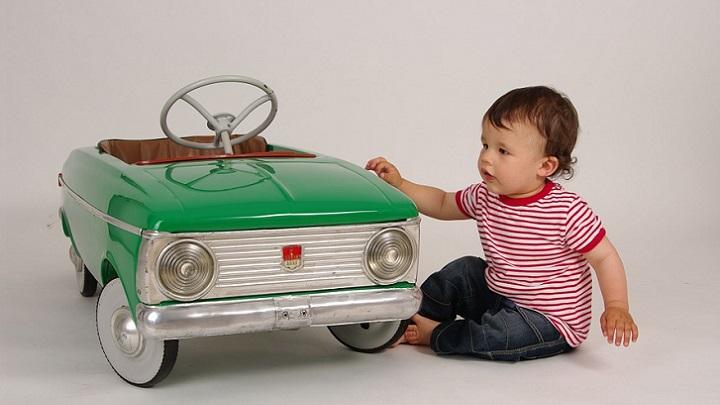 nino-con-coche-de-juguete