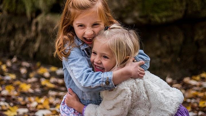 dos-ninas-abrazadas