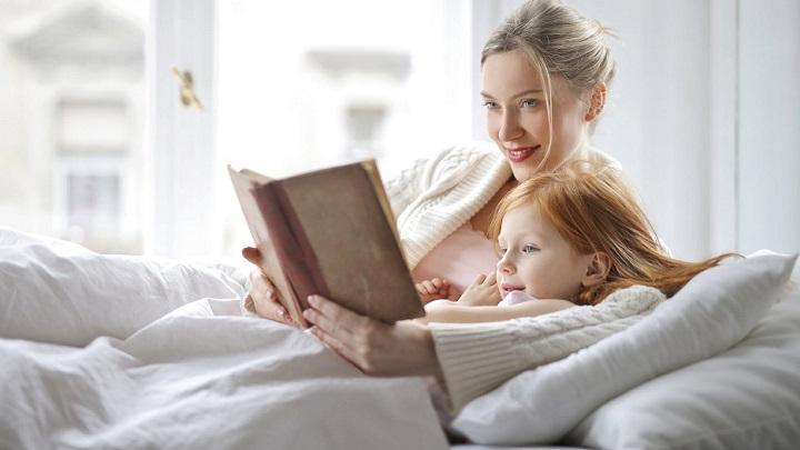 madre-lee-cuento-a-su-hija