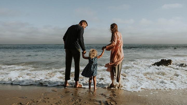 padre-madre-y-nina-en-la-playa