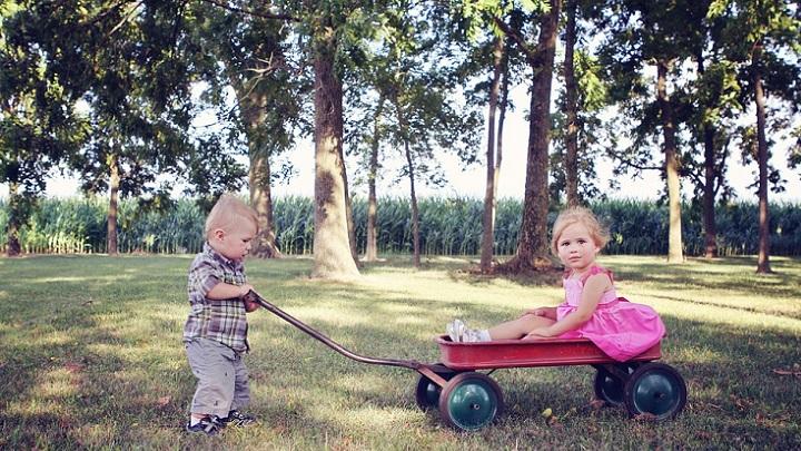 ninos-jugando-en-el-parque