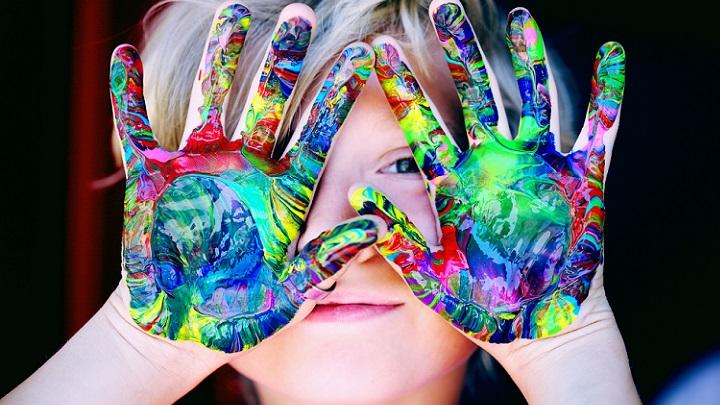 nino-con-manos-pintadas