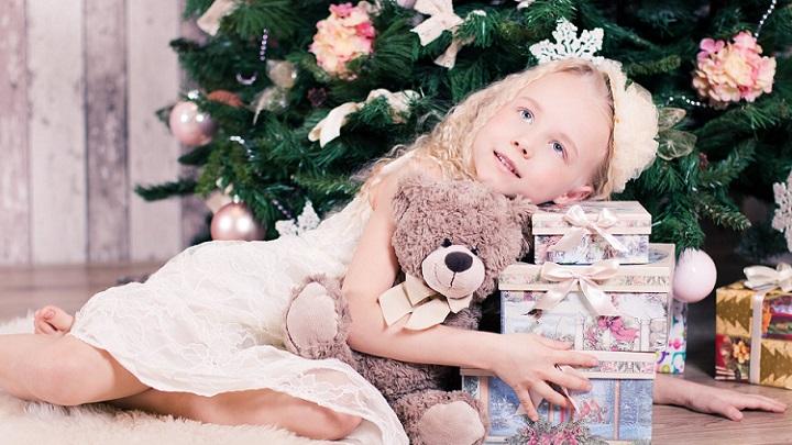 nina-con-regalos-de-navidad
