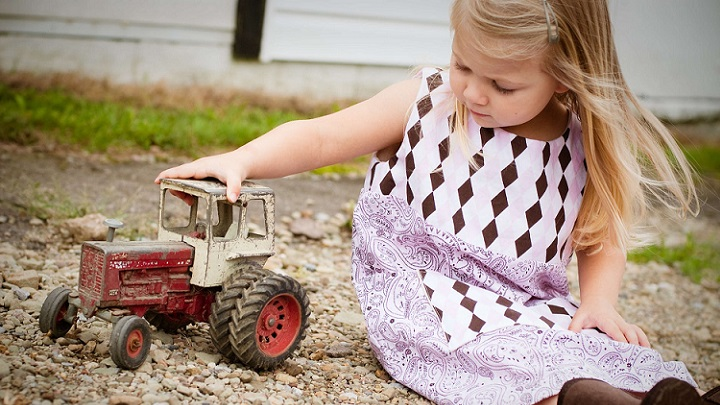 nina-con-tractor-de-juguete