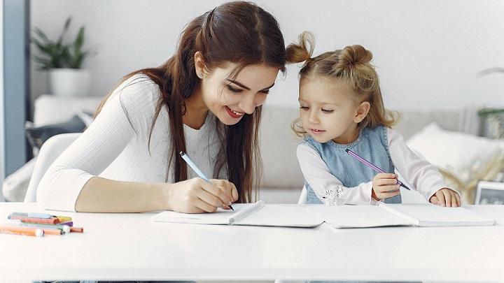 madre-e-hija-hacen-un-dibujo