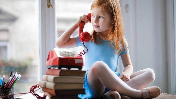nina-habla-por-telefono