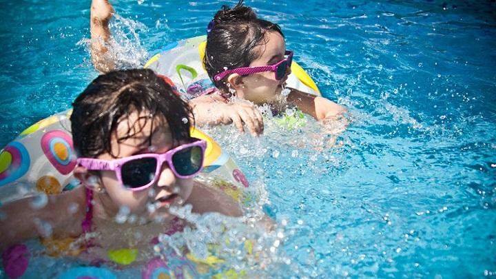 ninos-en-la-piscina-en-verano