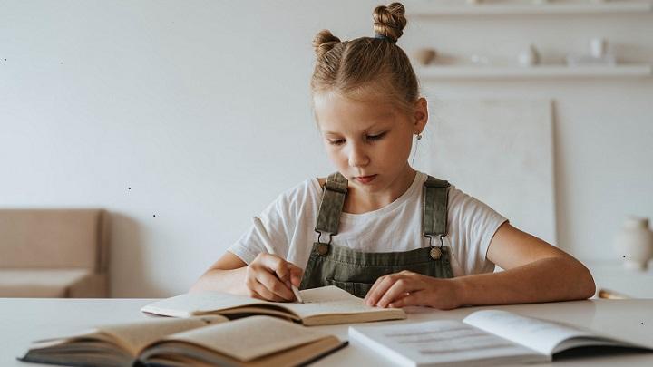 nina-hace-los-deberes