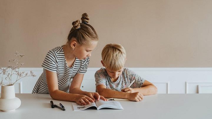 ninos-estudian-juntos