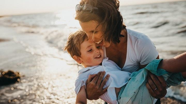 madre-con-nino-en-brazos