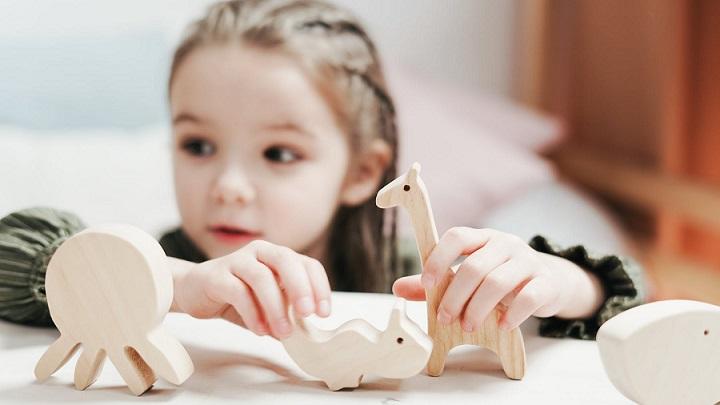 nina-juega-con-juguetes-de-madera