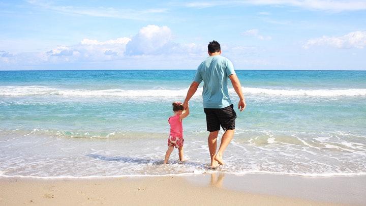 padre-e-hija-en-la-playa
