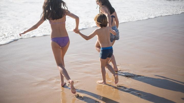 ninos-en-playa